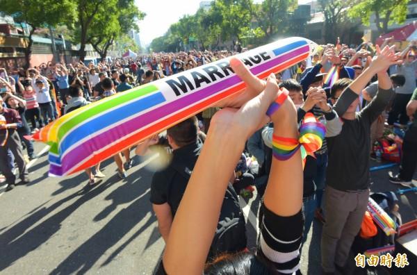 挺婚姻平權修法的團體26日舉辦「爭取婚姻平權,用愛守護立院」活動,現場安排做操等各種課程,讓挺同團體活動筋骨,同時守候立法過程。(記者張嘉明攝)