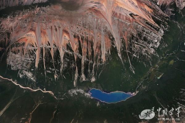 中國空軍發布九寨溝強震後山川照片。(圖擷取自中國空軍網)