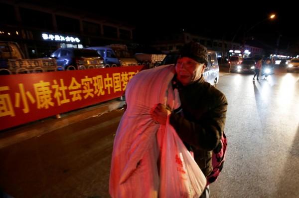 中國北京市在19死公寓大火後,展開「安全隱患大整治」,強行拆除違建公寓,被指是找藉口清理「低端人口」。(路透)