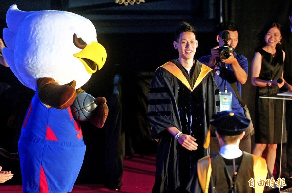 Taiwanese-American NBA player Jeremy Lin prepares to deliver a speech at the National Chengchi University graduation ceremony yesterday.