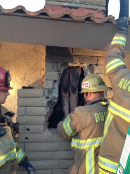 美國加州發生裸女被卡煙囪的事件,在破壞外牆後,可見女子被卡住,只能站立著,所幸她被救出後只受輕傷,但全身沾滿煤灰。(圖擷取自推特)