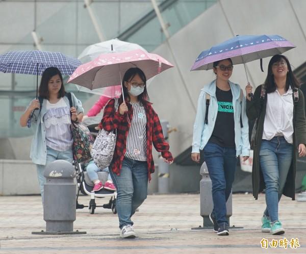 明(7日)受東北季風增強影響,北部及東半部地區雲量多,桃園以北、宜蘭地區有雨,下雨時間長且有局部較大雨勢,提醒民眾外出攜帶雨具。(資料照)