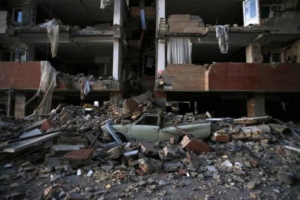根據伊朗伊斯蘭共和國新聞網絡(IRINN)的消息,在規模7.3強震後,又發生了145次餘震。(美聯社)