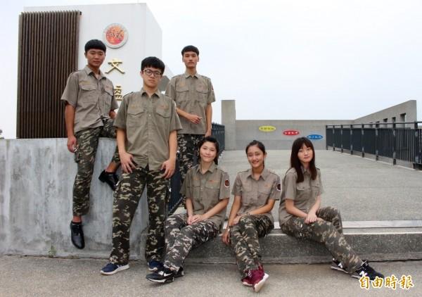 「到戰鬥營了嗎?」彰化藝術高中迷彩制服相當特別,學生笑說,穿制服上課就像要去叢林戰鬥。(記者張聰秋攝)