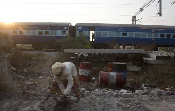 印度國營鐵路是全球路網規模最大的鐵路系統之一,總長約12萬公里,全國有7172座車站,每日運送旅客數量高達2300萬名。(美聯社)