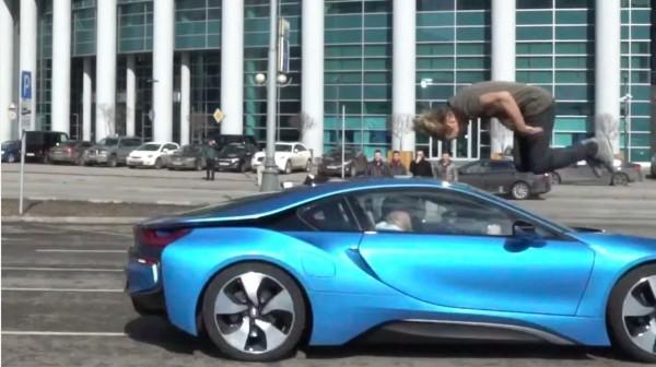俄羅斯特技人雪斯特雅深寇挑戰從迎面衝來的跑車上做出前空翻並安全落地,驚險畫面讓人看了就快心臟停止。(圖擷自YouTube)