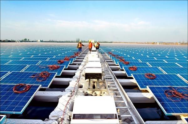 美國華府本月將公布一連串對中國不公平貿易的調查結果,專家分析,中國可能採取反制措施,美中貿易戰一觸即發。圖為遭美國進行反傾銷調查的中國太陽能板。(路透)
