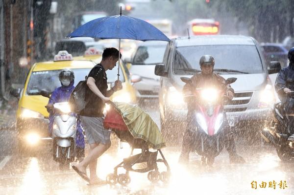 大台北地區、基隆北海岸及苗栗以北山區有局部大雨發生的機率,下半天起隨颱風遠離降雨將逐漸緩和。(資料照,記者陳志曲攝)