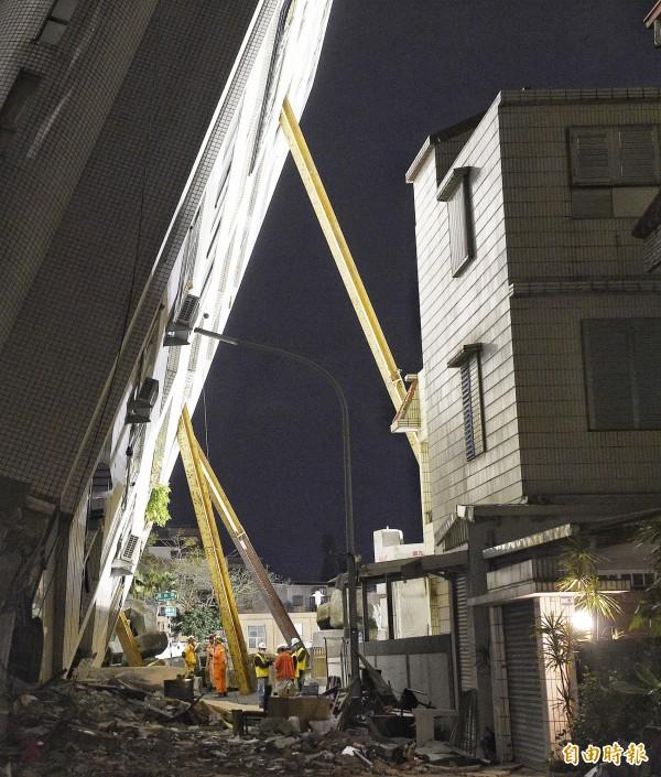 9日晚間搜救持續進行,搜救人員企圖從不同角度進入雲翠大樓。(記者陳志曲攝)