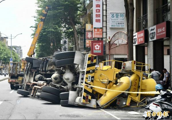 台北市中華路莒光路口水泥車翻覆。(記者羅沛德攝)