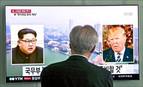北韓16日揚言,若美國繼續要求平壤放棄核武,將重新考慮領導人金正恩和美國總統川普的「川金會」。圖為南韓首爾火車站的大型電視螢幕正播放相關新聞畫面。(美聯社)