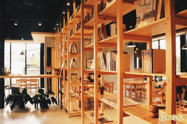 店內的書牆讓人眼睛為之一亮。(即時新聞攝)