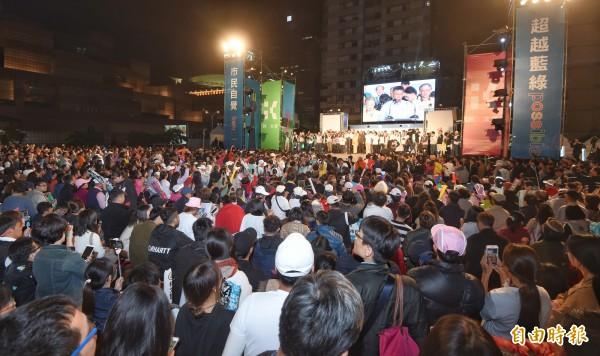 台北市長候選人柯文哲競選總部23日舉行選前之夜活動,柯文哲大進場向支持者致意,並發表演說爭取支持。(記者方賓照攝)