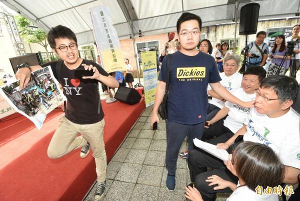 台北市長柯文哲上午出席生態保育活動,松菸護樹團體成員闖進抗議。(記者方賓照攝)