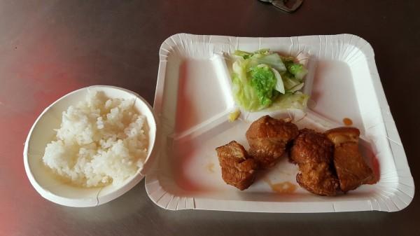 網友夾1肉1菜加白飯,竟要70元。(圖取自爆怨公社)