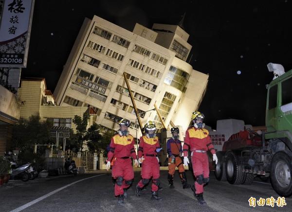 搜救人員漏夜搜救,在清晨發現第四具大體。(記者陳志曲攝)