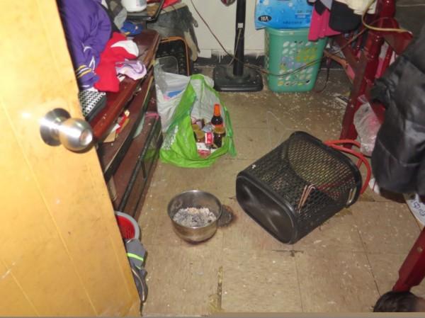 王女帶著13歲小兒子在主臥室燒炭輕生,房間地板還留有炭盆。(記者許倬勛翻攝)