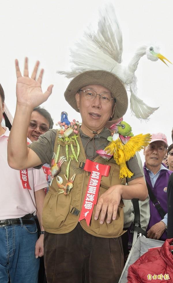 台北市長柯文哲29日出席鬧熱關渡節活動,變裝上陣吸引民眾目光。(記者張嘉明攝)
