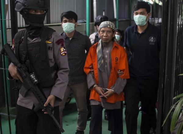日前发生在印尼泗水的自杀爆炸事件,IS(伊斯兰国)宣称是其指使的自杀攻击事件,但雅加达当局则认为与亲IS的圣战组织「唯一真主游击队」(JAD)有关。图为JAD领袖阿曼(Aman Abdurrahman)(法新社)