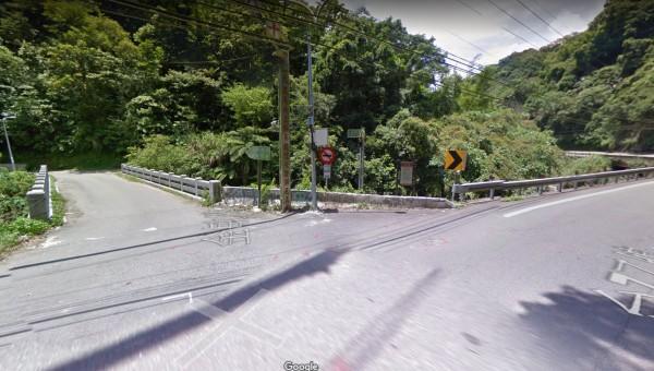 三峽台7乙線金敏橋處今下午發生自撞橋墩車禍,車上4人輕傷送醫並無大礙。(車禍地點附近路段街景圖,擷取自GoogleMap街景服務)