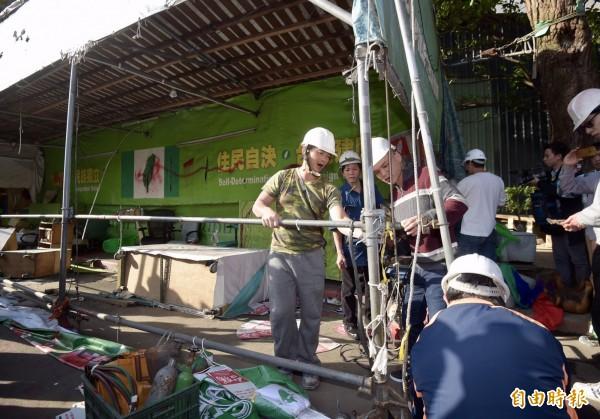 立法院外的公投盟帳篷遭警方拆除。(記者黃耀徵攝)