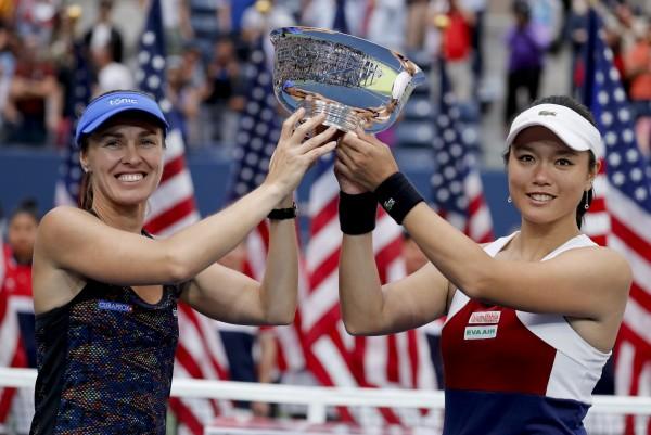 詹詠然(右)在奪下美網女雙冠軍之後,在臉書發聲明向球迷以及謝政鵬道歉。(美聯社)