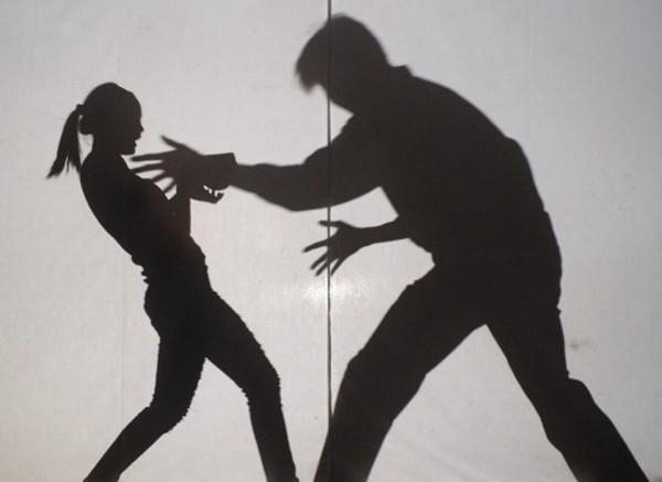曾因襲胸被判緩刑的江姓男子,深夜尾隨美眉回家,趁她拿鑰匙開門之際,偷摸臀部一下就跑走。(情境照)