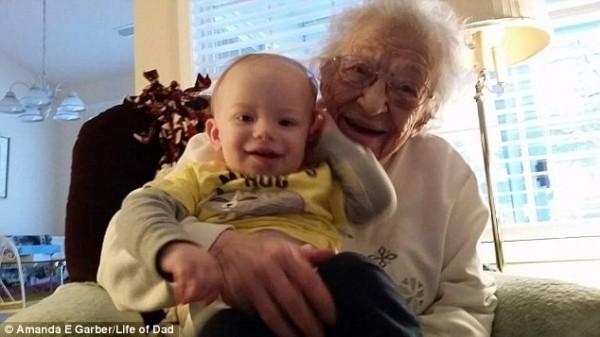 上百網友被照片散發的氛圍感動,也拍下自己家中祖母和孫子女的合照上傳。(圖擷取自英國《每日郵報》)