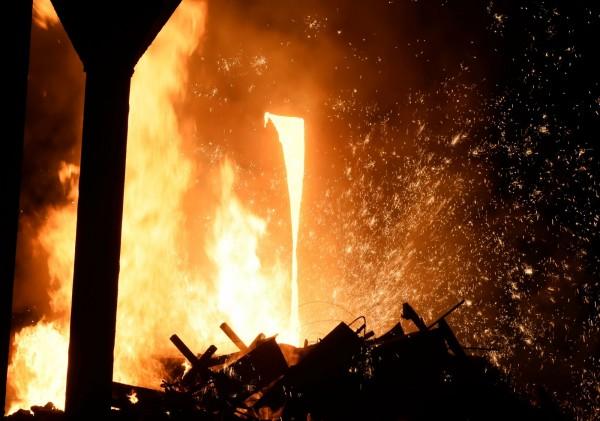 中國河南今驚傳嚴重工安意外,一家煉鋼廠發生鋼水噴濺意外,造成15名工人受傷,其中8人傷勢嚴重。圖為中國鋼廠示意圖,與本新聞無關。(法新社)