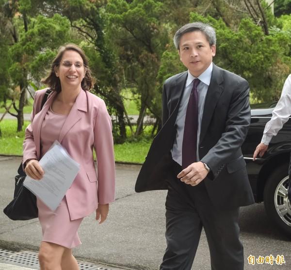 美國在台協會(AIT)處長梅健華(右)21日出席「2016年臺灣的東南亞區域研究年度研討會」,面對媒體提問未做回應。(記者黃耀徵攝)