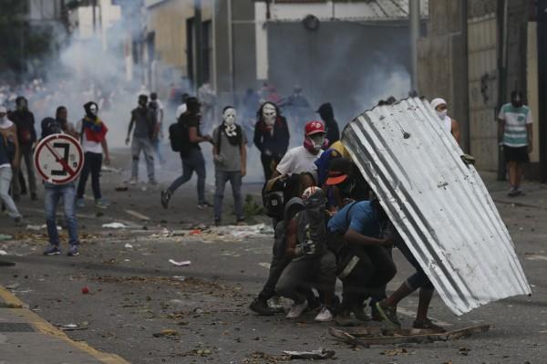 委內瑞拉首都卡拉卡斯發生大規模反政府抗議,有2人頭部中彈身亡。(資料照,美聯社)
