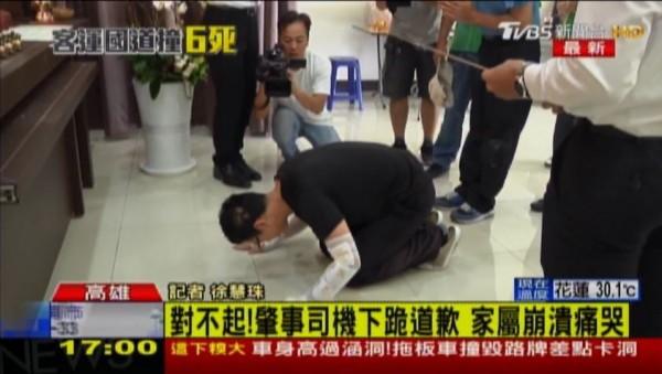 吳協松稍早在死者靈前叩拜。(擷取自TVBS電視畫面)