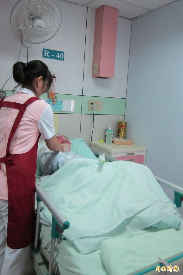 圖為護理人員為病患進行抽痰。圖為示意圖。(資料照,記者何玉華攝)