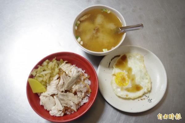 里長雞肉飯受熟客擁戴,還有人每週必報到吃一碗。(記者王善嬿攝)