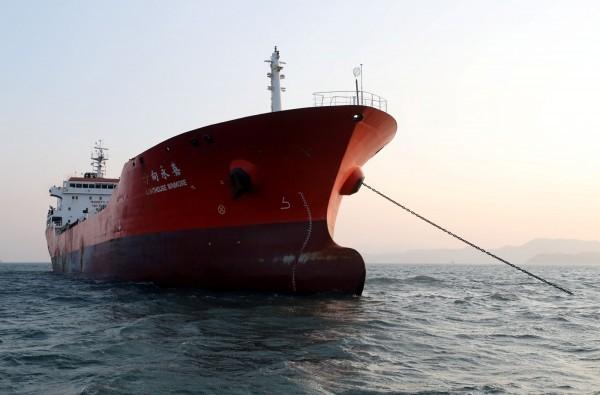 韓國日前查扣一艘涉嫌轉運石油給北韓的貨輪「方向永嘉(Lighthouse Winmore)」號,台灣油品商陳世憲涉案。(路透)