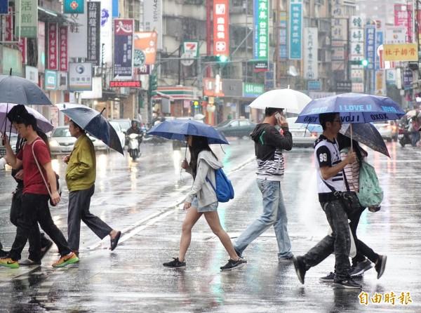 氣象局指出,今天將有鋒面通過台灣北部海面,使得北部地區、東半部地區、中南部地區的降雨機率提高。(資料照,記者張嘉明攝)