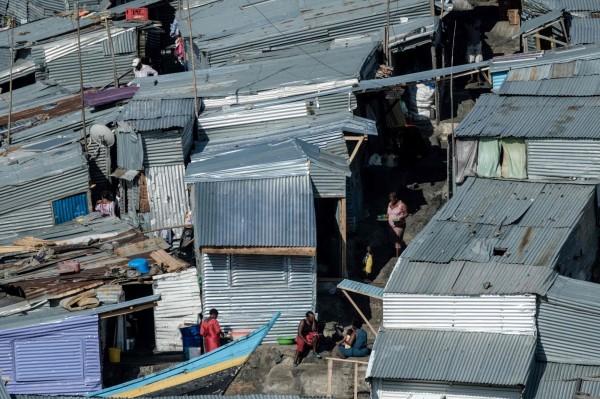 島上居民的住家有許多都房屋重疊,生活環境相當狹隘。(法新社)
