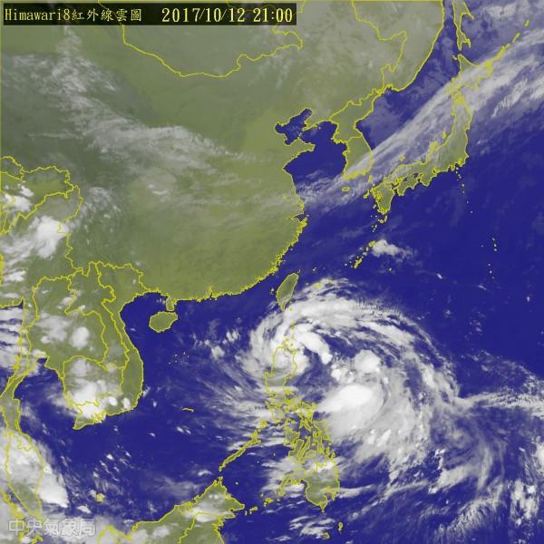 氣象局表示,原位於菲律賓東方海面的熱帶性低氣壓已於今晚8點升格為今年第20號颱風卡努,目前為輕度颱風,預估將一路往西移動。(圖擷自中央氣象局)