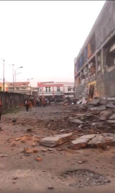 房屋損毀,地上滿是磚瓦碎石。(圖擷取自臉書)