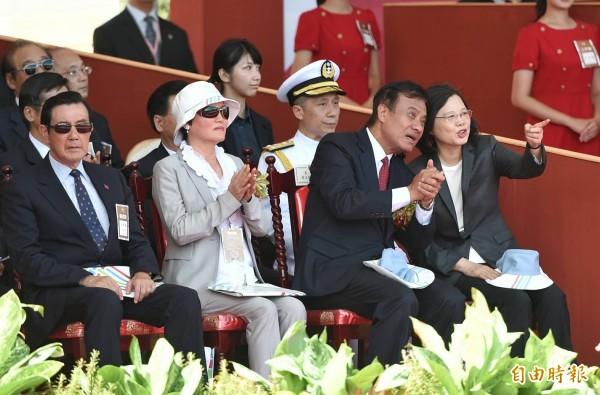 總統蔡英文頻頻和立法院長蘇嘉全交談,並未和前總統馬英九有太多互動。(記者方賓照攝)