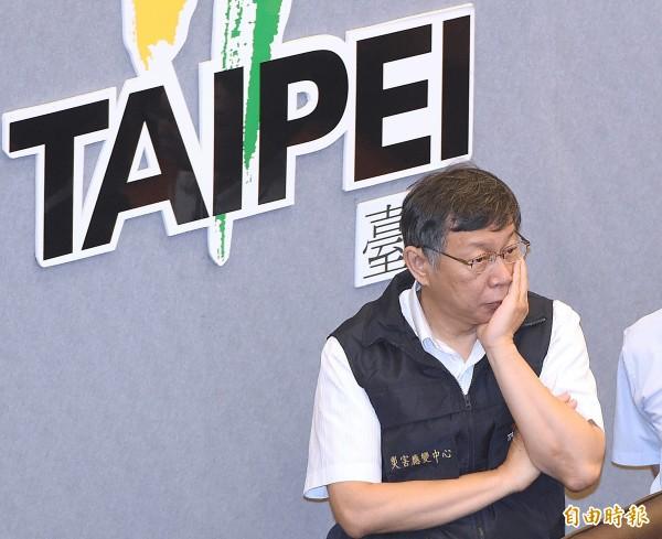 台北市今(10)日晚間宣布,明(11)日正常上班、正常上課,圖為市長柯文哲10日前往災害應變中心,聽取颱風工作會報。(記者廖振輝攝)