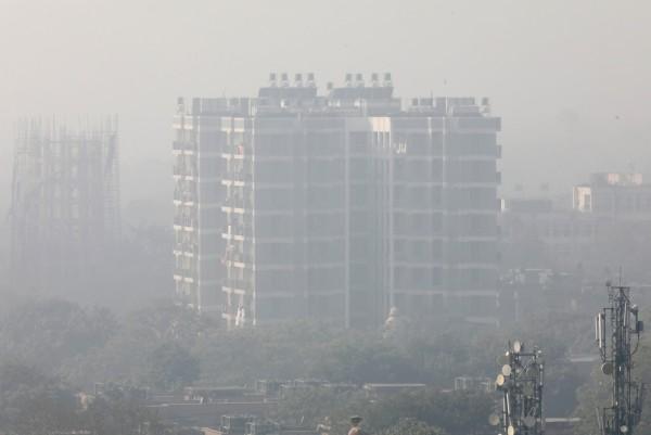 受到严重雾霾影响,德里今日上午能见度一度下降到50公尺,德里机场有50个国内和国际航班异动(路透)