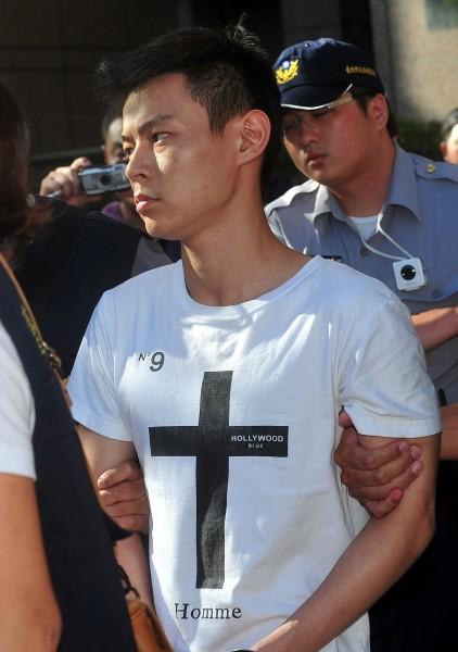 帶頭嫌犯蕭叡鴻依殺人等罪嫌解送台北地檢署。(記者簡榮豐攝)