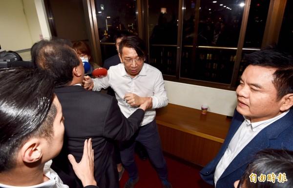 時代力量立委徐永明(中)在衛環委員會杯葛11小時,被拉到會場外。(記者羅沛德攝)