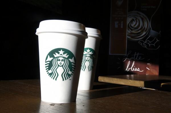 美國婦人購買星巴克時,因塑膠杯蓋脫落導致燙傷並留下永久傷疤,法院判星巴克須付10萬美元的賠償金。(美聯社)