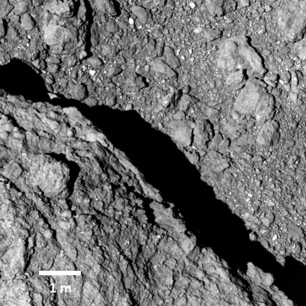 隼鳥2號於昨天順利傳回小行星「龍宮」表面影像。(歐新社)