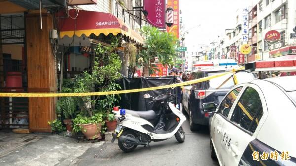 高雄市苓雅區今上午傳出兄殺妹命案,警方在現場拉起封鎖線。(記者張忠義攝)