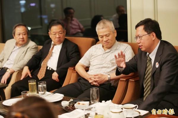 桃園市長鄭文燦(右)四日晚上在東京和日台灣同鄉會等台僑團體負責人舉行座談,分析台灣選情。(記者張茂森攝)