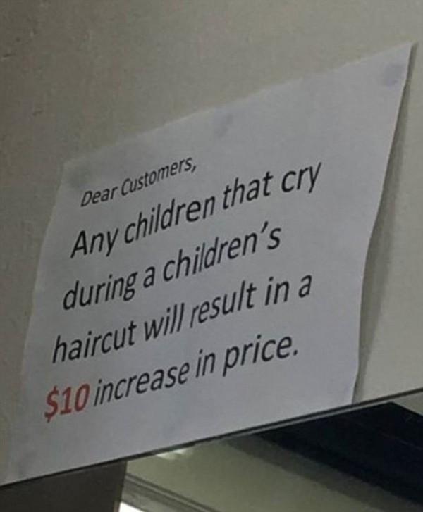 澳洲一家理髮店公告「禁哭令」,引發熱議。(圖擷自鏡報)