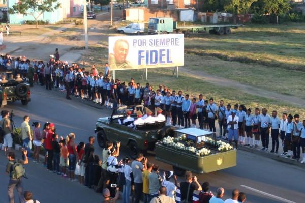 卡斯楚今(4)日下葬聖地牙哥市,數千民眾聚集於道路兩旁,夾道為卡斯楚送行,沿路揮舞古巴國旗、高唱著國歌、大聲呼喊卡斯楚的名字。(路透)